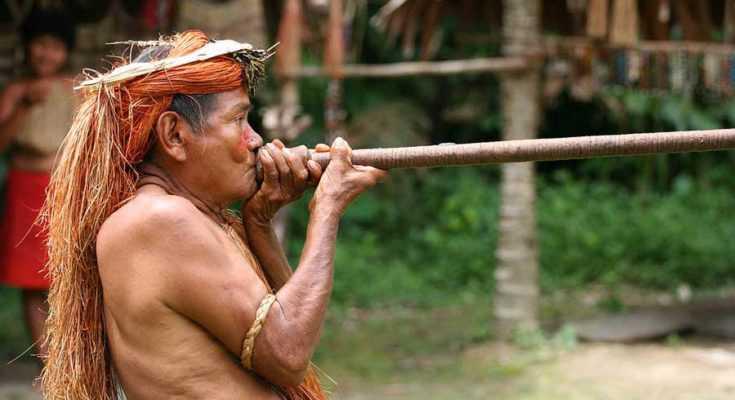 Un membro della tribù amazzonica Yagua dimostra l'utilizzo di una cerbottana. Credits: JialiangGao