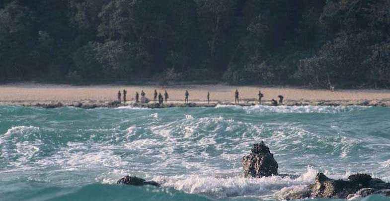 Sentinelesi sulla spiaggia