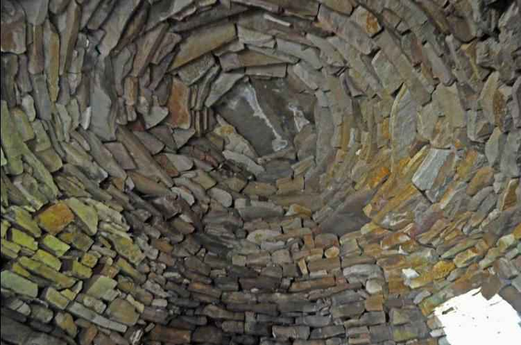 Vista interna della finta cupola di un clochán