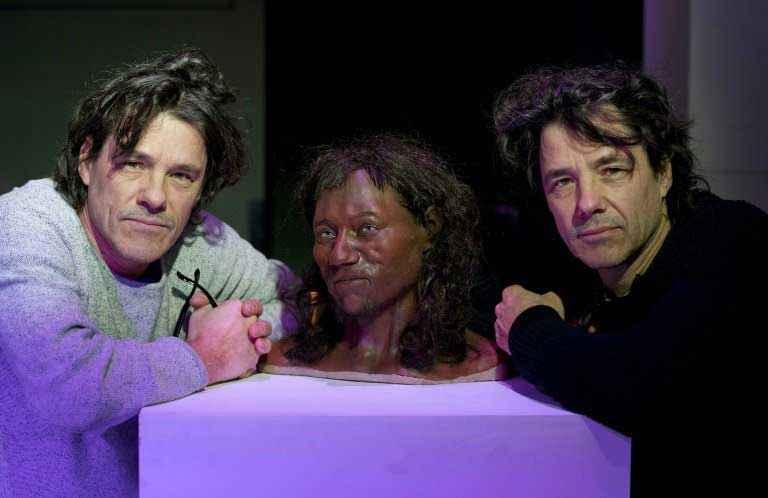 Adrie e Alfons Kennis con la ricostruzione di Cheddar Man che hanno realizzato utilizzando uno scanner progettato per la Stazione Spaziale Internazionale