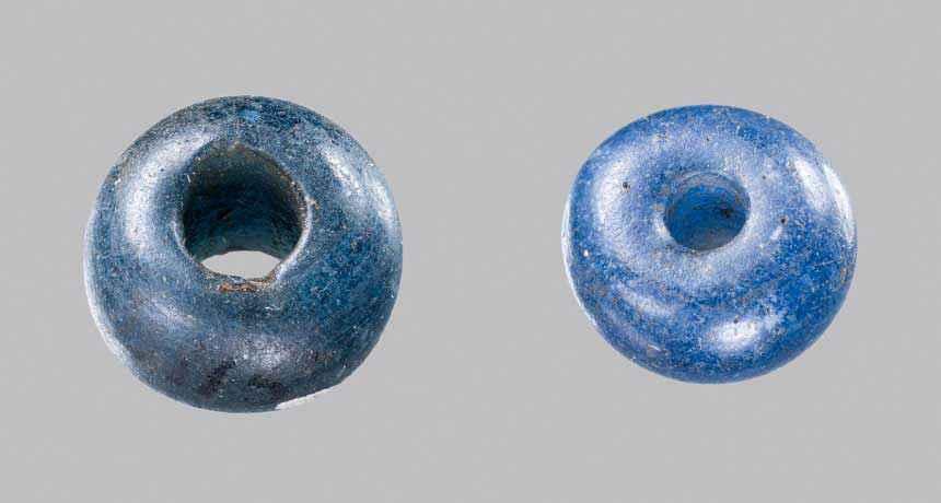 Perle blu cobalto probabilmente create in Antico Egitto scoperte in tombe danesi risalenti a 3.400 anni fa. A. MIKKELSEN, NATIONAL MUSEUM OF DENMARK