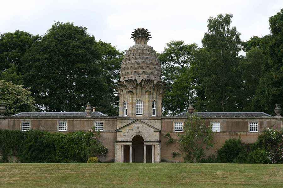 """Dunmore Pineapple, considerato """"l'edificio più bizzarro di Scozia"""", si trova nel Dunmore Park e la sua costruzione iniziò nel 1761. La struttura centrale con il tetto a forma di ananas fu utilizzata anche per la coltivazione di questo frutto."""