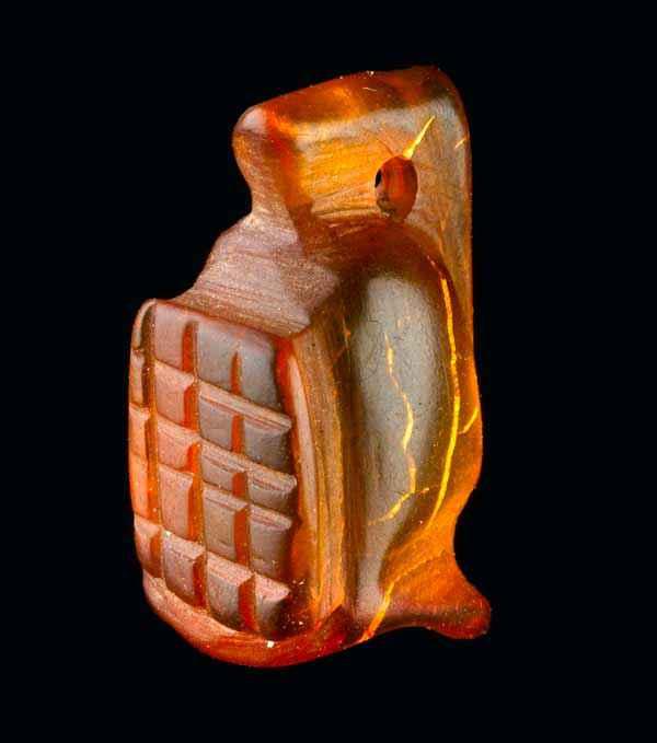 Amuleto d'ambra a forma di elmo di gladiatore scoperto in Inghilterra in un antico edificio romano.