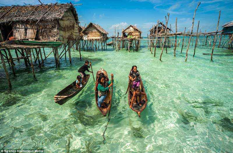 Palaffitte Bajau nei pressi di una sorgente d'acqua dolce che affiora di qualche metro dalla superficie del mare
