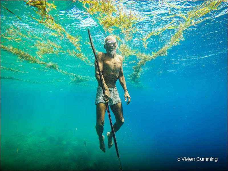 Questo è La udeli, un pescatore Bajau che generalmente si immerge fino a 30 metri nel suo territorio di pesca