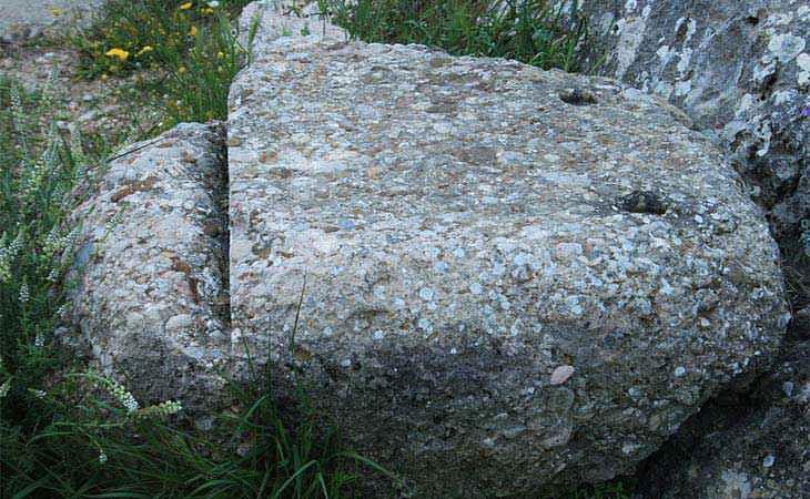Un taglio parziale su un blocco di conglomerato lavorato in epoca micenea
