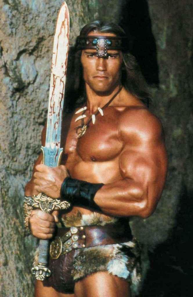 """Arnold e la spada """"Atlantean"""" di Conan il Barbaro, probabilmente la spada più pesante mai usata da un attore hollywoodiano e più pesante di una spadona a due mani, lunga quasi il doppio."""