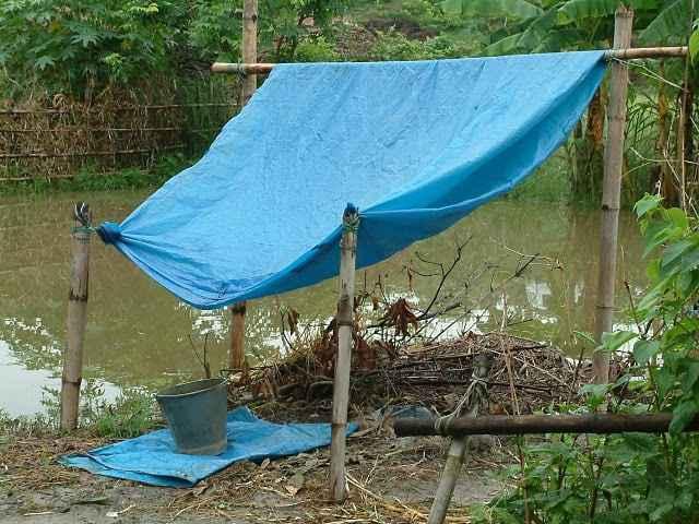 Sistema di raccolta dell'acqua piovana basato su un telo impermeabile e un contenitore