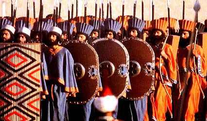"""""""Celebrazione dei 2.500 anni dell'Impero Persiano"""", una serie di celebrazioni avvenute tra il 12 e il 16 ottobre 1971 in Iran sotto l'ultimo Shah. I figuranti rappresenterebbero il reparto degli Immortali."""