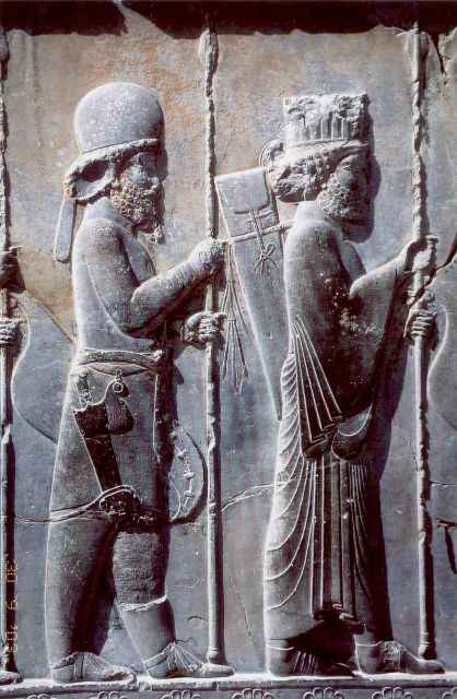 Guerriero medo (a sinistra) e persiano (destra) in abiti cerimoniali. Secondo alcuni archeologi, si tratta di Immortali.