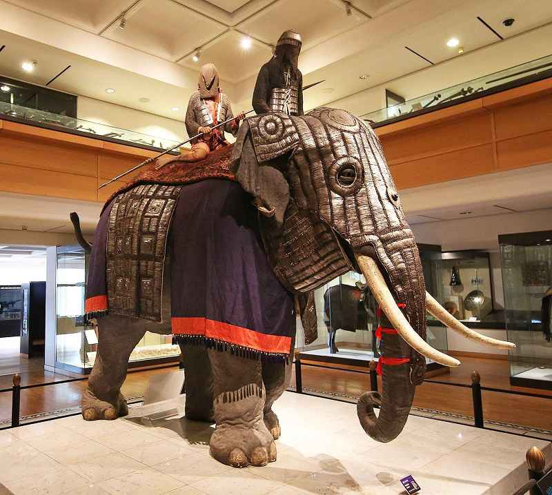 Armatura per elefante prodotta in India e custodita alla Oriental Gallery del Royal Armouries National Museum of Arms and Armour di Leeds.