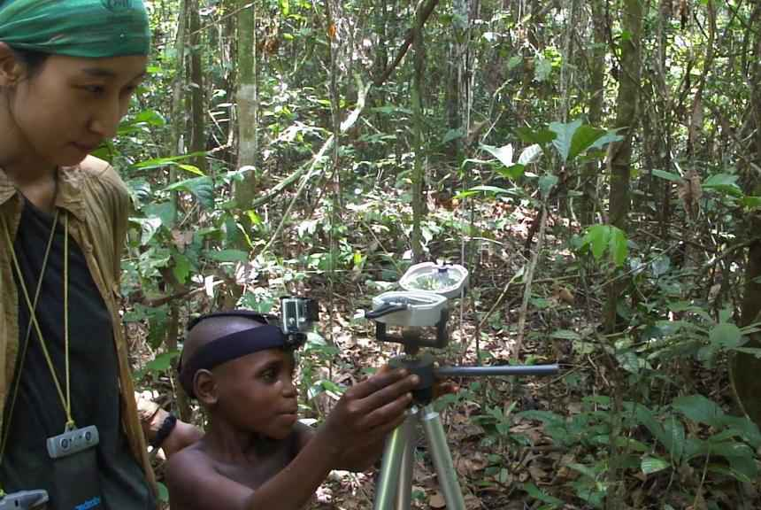 Un giovane Mbendjele punta ad  una risorsa alimentare durante il test condotto da Haneul Jang per verificare l'accuratezza del suo senso dell'orientamento nella foresta.