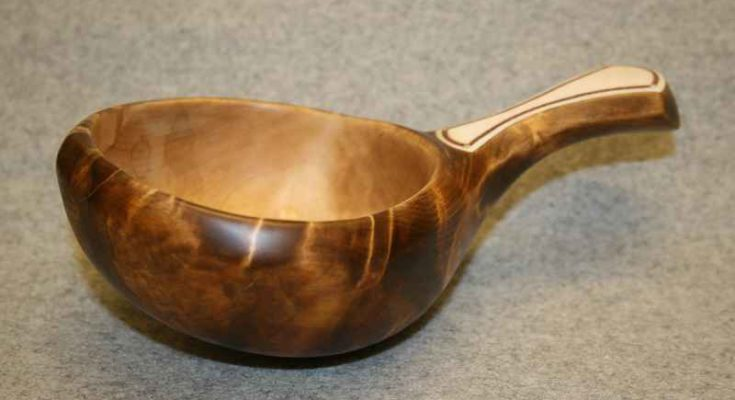 Il guksi (in finlandese, kuksa) è una coppa tradizionale del popolo Sami ottenuta da legno di betulla