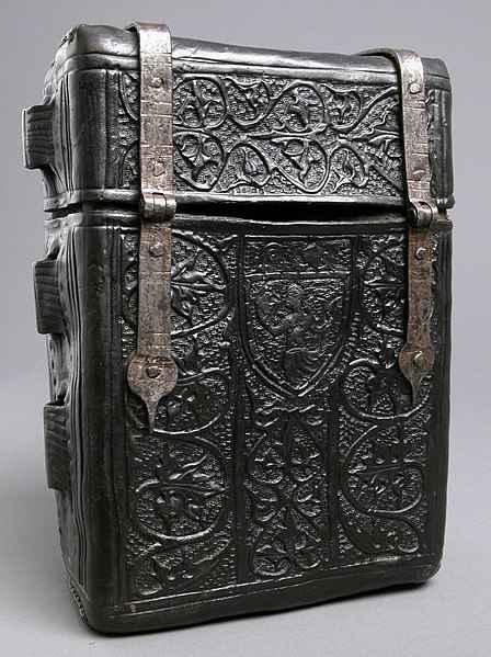Contenitore in cuir bouilli per libri, risalente al XV secolo.
