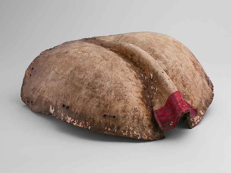 Placca di protezione posteriore per cavallo, in cuir bouilli (inizio XVI secolo)